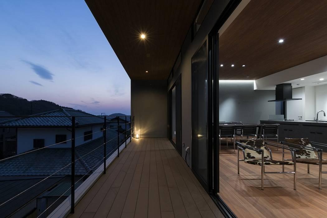 Modern Terrace by 株式会社横山浩介建築設計事務所 Modern