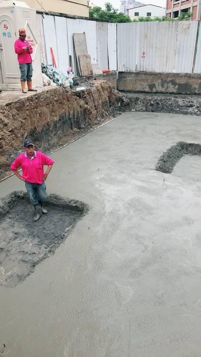 開挖後,利用雷射接收器確定挖掘深度,確定電梯機坑及化糞池的位置,待開挖到預定深度,先用預拌混凝土打一層底模,俗稱PC,台語稱為「帕素地」 根據 讚基營造有限公司
