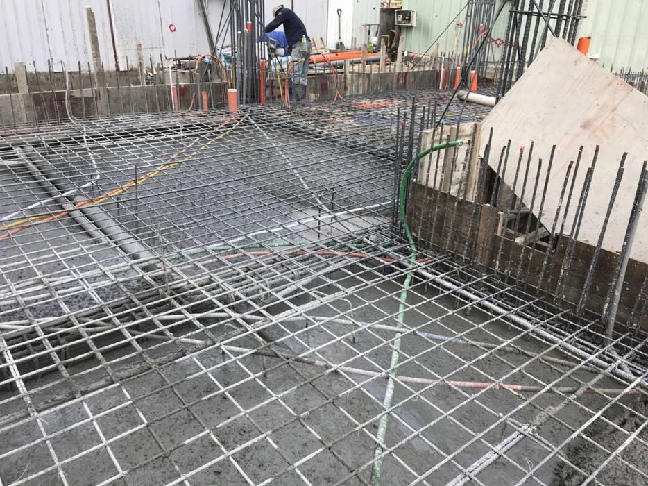 放樣完成後,便接著鋼筋進場,當中又分柱主筋、柱箍筋、柱繫筋、樑主筋、樑箍筋、版筋進場組裝 根據 讚基營造有限公司