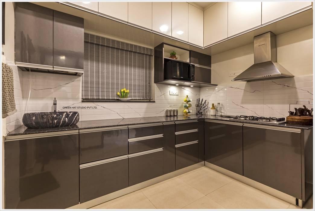 Kitchen:  Kitchen units by GREEN HAT STUDIO PVT LTD