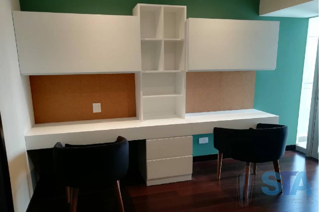 Escritorio Oficinas y bibliotecas de estilo moderno de Soluciones Técnicas y de Arquitectura Moderno Aglomerado