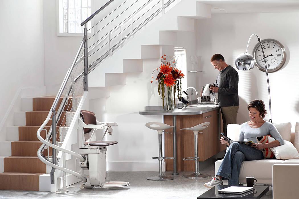 Elevadores de escadas curvos - interiores ou exteriores: Escadas  por Stannah