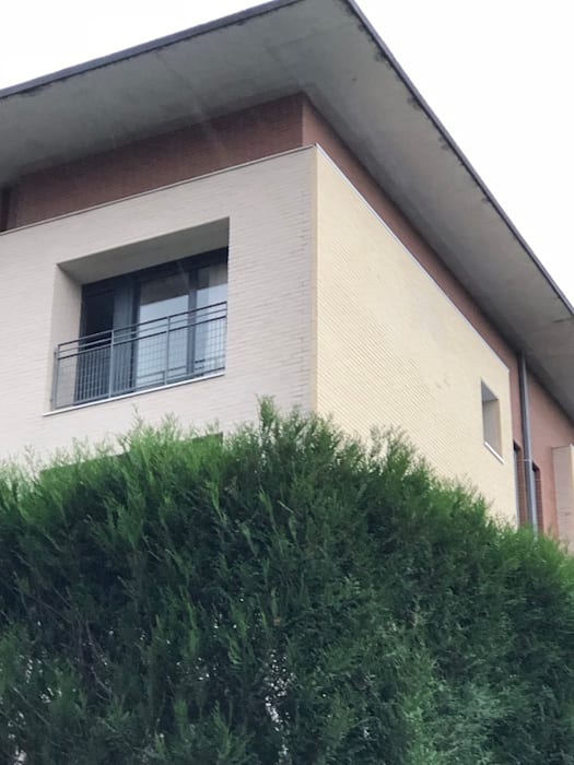 AISLAMIENTO TÉCNICO POR EL EXTERIOR (S.A.T.E) Casas de estilo moderno de Obras Amber Moderno