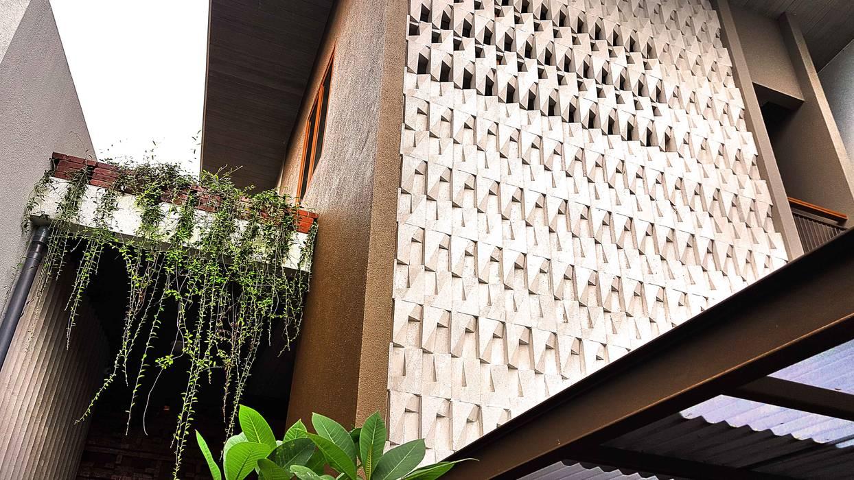 Relief dinding:  Dinding by Mandalananta Studio