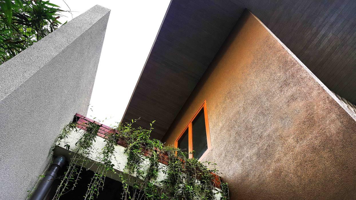 Balkon bernuansa tropis Oleh Mandalananta Studio Tropis Batu Bata