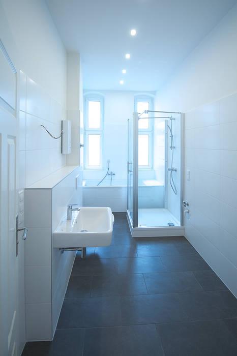 Komplettsanierung einer Altbauwohnung in Berlin-Neukölln:  Badezimmer von Holzeco GmbH - Komplettsanierungen in Berlin