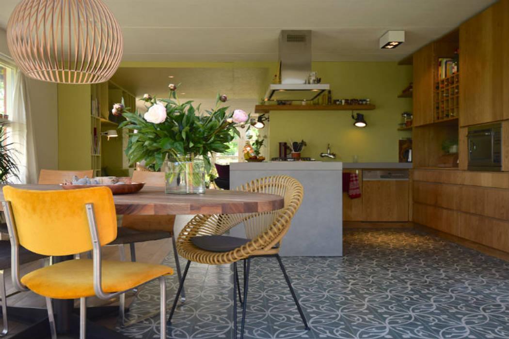 Eethoek met maatwerk keuken van massief eiken en beton:  Eetkamer door Denk Ruim Over Interieur