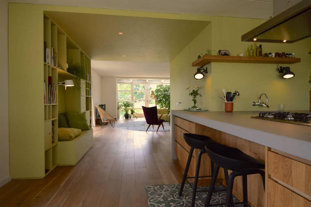 Ruang Keluarga Modern Oleh Denk Ruim Over Interieur Modern Kayu Wood effect