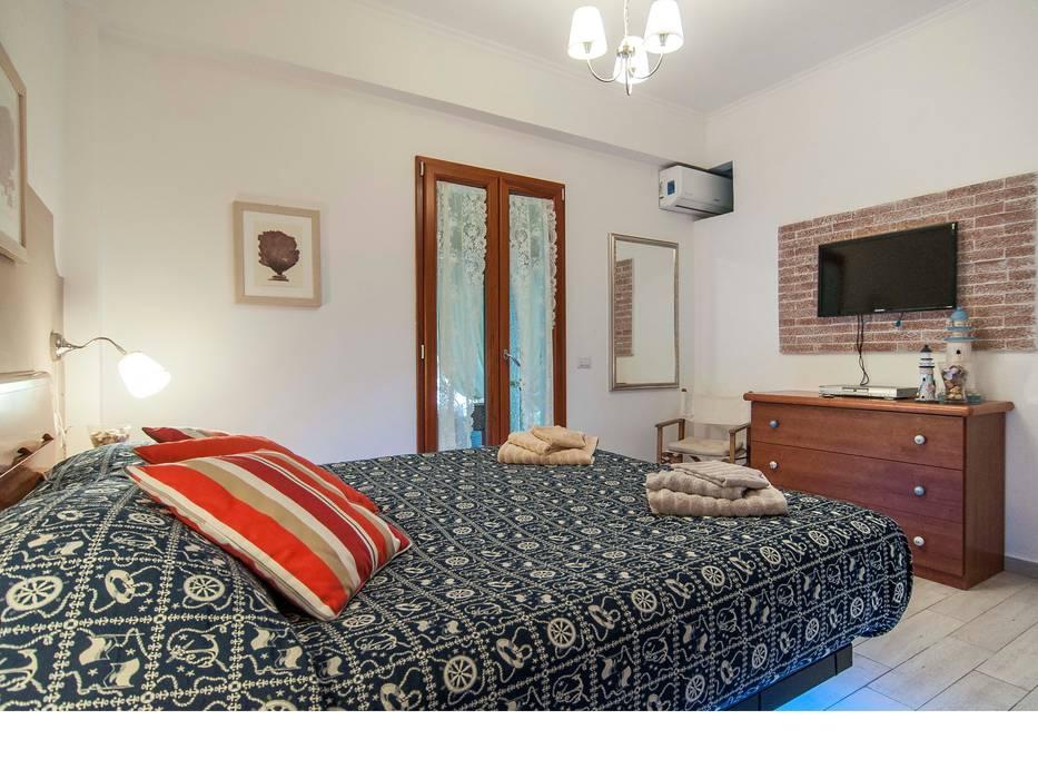 Petites chambres de style  par Silvia Cubeddu architetto