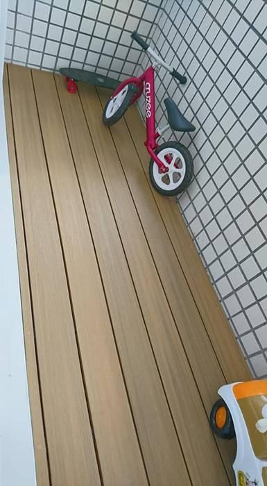 陽台塑木施工:  陽台 by 新綠境實業有限公司,