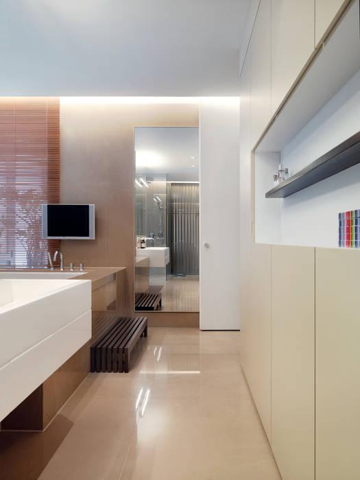Baños modernos de 何侯設計 Ho + Hou Studio Architects Moderno