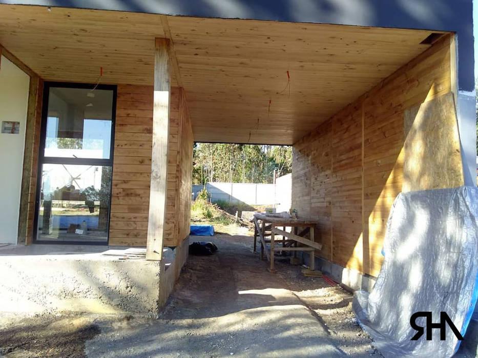 Acceso: Pasillos y hall de entrada de estilo  por RHA Arquitectura + Construcción