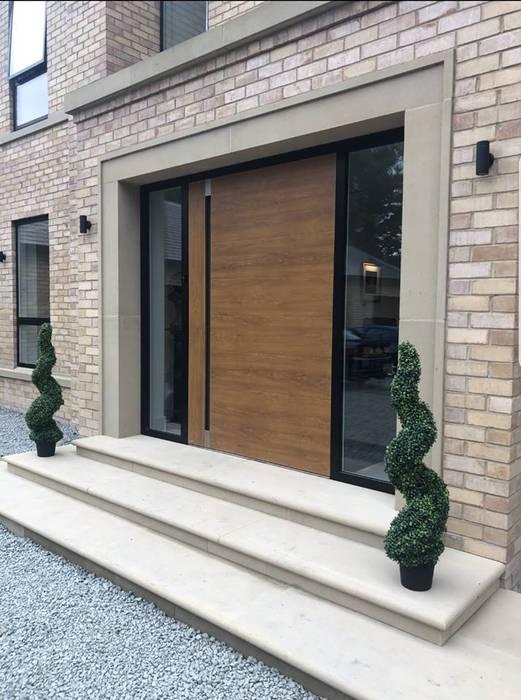 GOLDEN OAK PIVOT DOORSET WITH RAL 9005 MATT BLACK FRAME par RK Door Systems Moderne