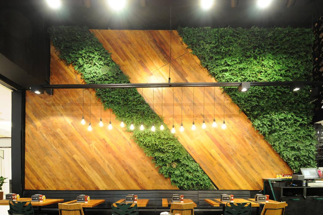 Plantas Preservadas em Restaurante: Paredes  por Vertical Garden - Jardim Vertical e Paisagismo Corporativo,Tropical