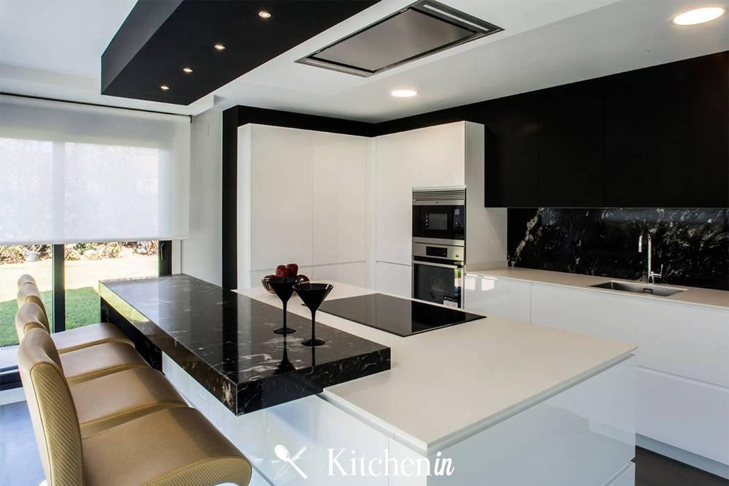 Cozinha BW: Cozinhas  por Kitchen In