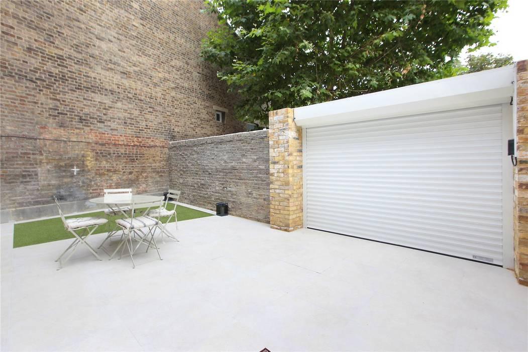 Puertas de garajes de estilo  por Design and Build London Renovation