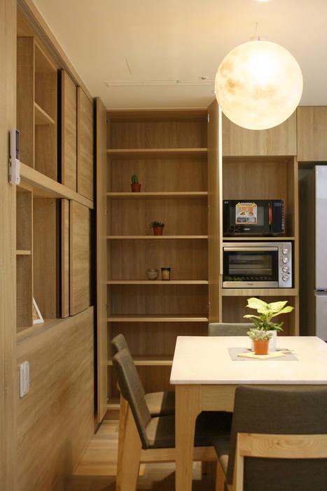 Salle à manger de style  par 圓方空間設計, Moderne Contreplaqué