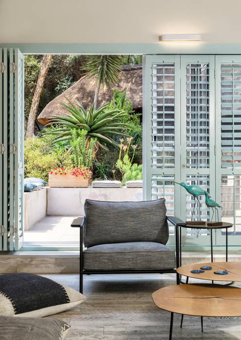 Indoor / Outdoor Living Patio:   by Deborah Garth Interior Design