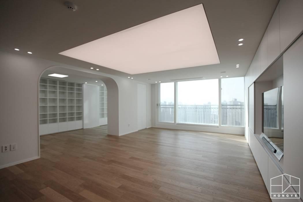 가족을 위한 구조변경, 차분하고 도시적인 분위기의 잠실 리센츠아파트 48평 _ 이사 전: 홍예디자인의  거실