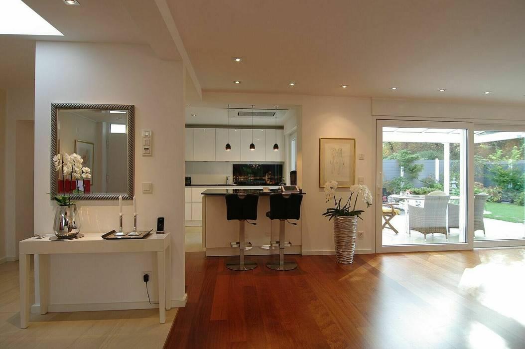 Küche mit Bar von schüller.innenarchitektur Modern Holz Holznachbildung