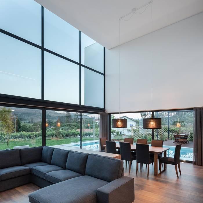 Ruang Keluarga oleh Tiago do Vale Arquitectos, Modern Kayu Wood effect