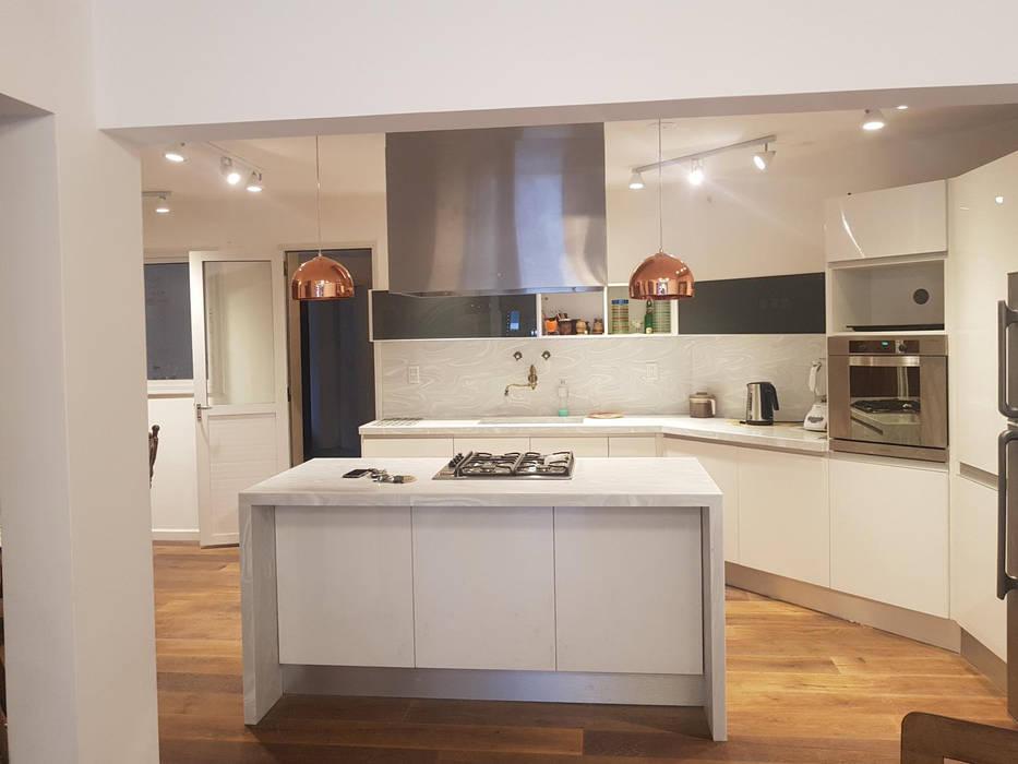 Remodelación de Cocina en Salta por A3 Arquitectas: Muebles de cocinas de estilo  por A3 arquitectas - Salta