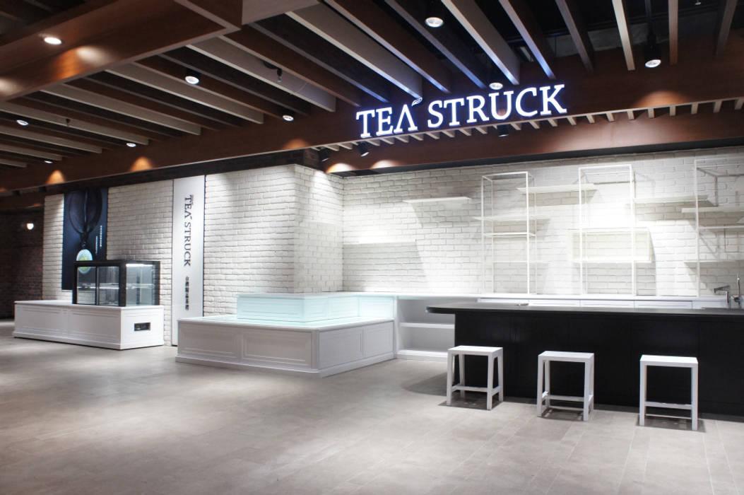 白色的牆面與木質天花板延續了台北101櫃位的風格,但又不盡相似: 現代  by SECONDstudio, 現代風