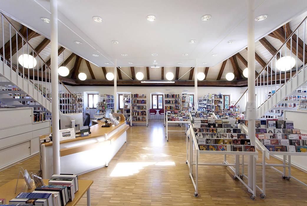 Gemeindebibliothek, Gemeindearchiv und Trauungssaal im alten Pfarrhaus in Pöcking Moderne Arbeitszimmer von WSM ARCHITEKTEN Modern