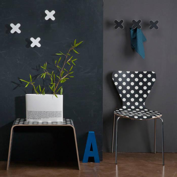 Osa di più: Art-Up XXX in bianco e nero: Ingresso & Corridoio in stile  di Creativando Srl - vendita on line oggetti design e complementi d'arredo