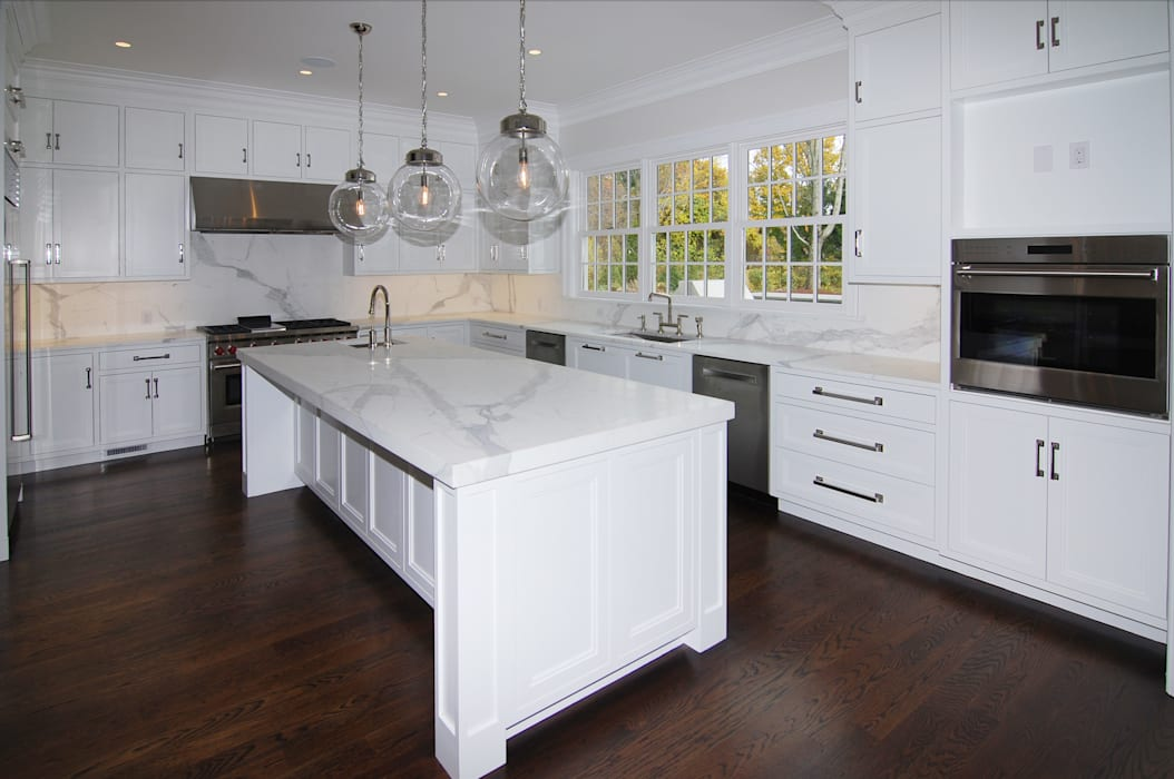 Colonial Spec House, Greenwich, CT by DeMotte Architects:  Kitchen by DeMotte Architects, P.C., Colonial