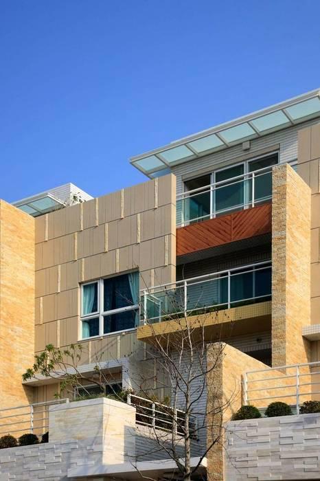 台中自地自建蓋房子   傾聽色彩韻律的現代別墅 現代房屋設計點子、靈感 & 圖片 根據 大桓設計顧問有限公司 現代風 大理石