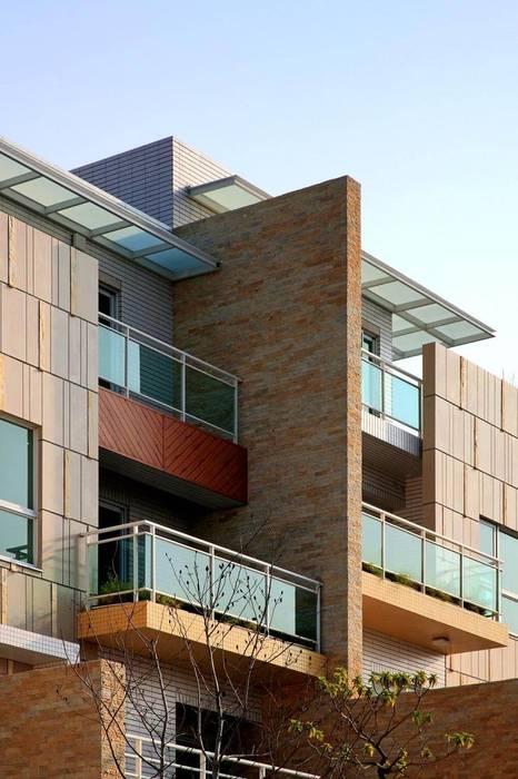 台中自地自建蓋房子 | 傾聽色彩韻律的現代別墅 現代房屋設計點子、靈感 & 圖片 根據 大桓設計顧問有限公司 現代風 大理石