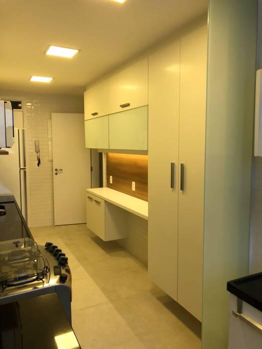 cozinha apartamento Leblon - RJ: Armários e bancadas de cozinha  por Claudia Saraceni
