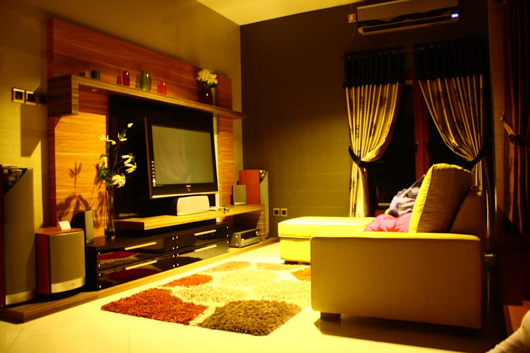 Romantic lounge & living room kota wisata cibubur: Ruang Multimedia oleh Exxo interior, Modern