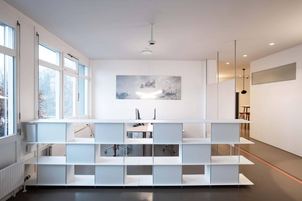 Entrée, Eingang und open Space Arbeiten. Moderne Bürogebäude von OXIT GmbH - Innenarchitekten in Stuttgart Modern Aluminium/Zink