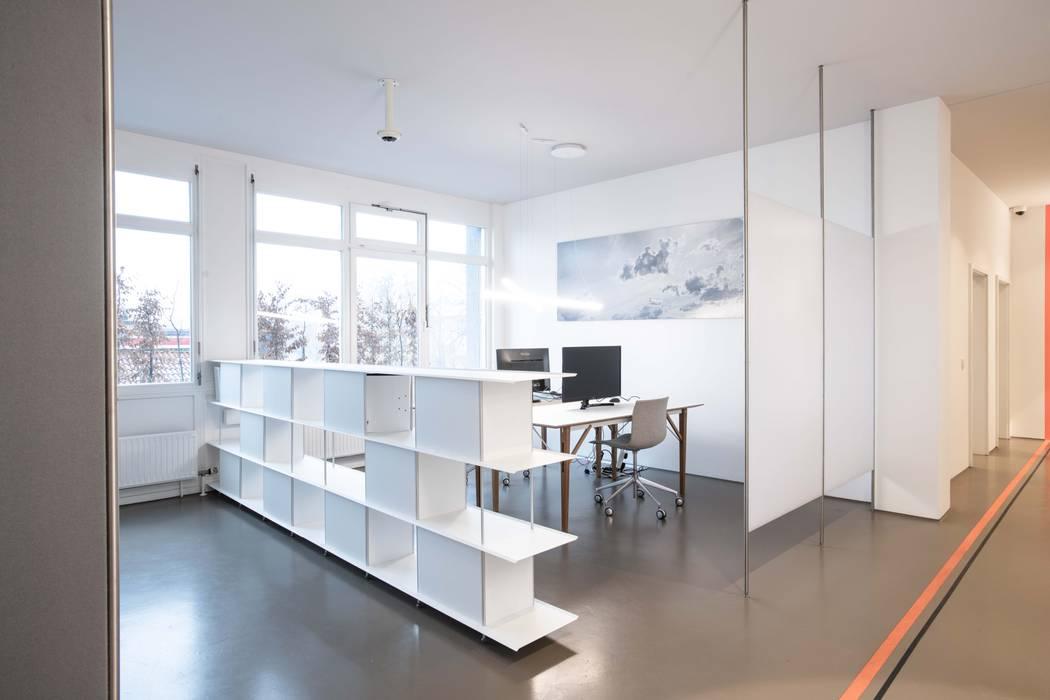 Eingefärbter Estrich nach RAL D. Wabenpanele transluzent als Sicht- und Akustikschutz: modern  von OXIT GmbH - Innenarchitekten in Stuttgart,Modern Beton