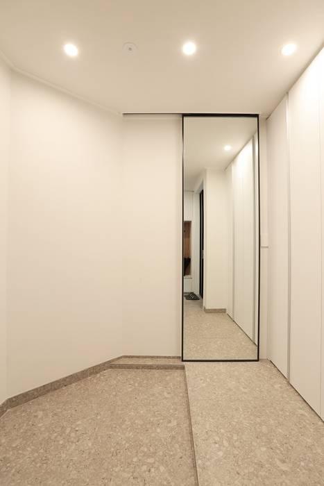 Corredores e halls de entrada  por 더집디자인 (THEJIB DESIGN),