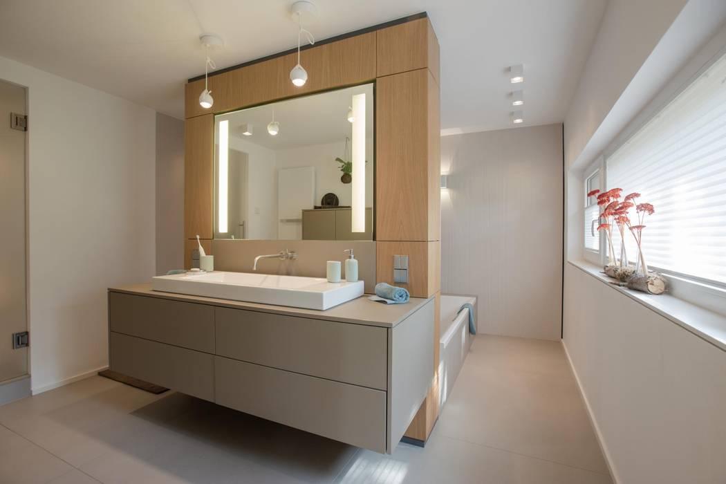 Badezimmer:  Badezimmer von BPLUSARCHITEKTUR