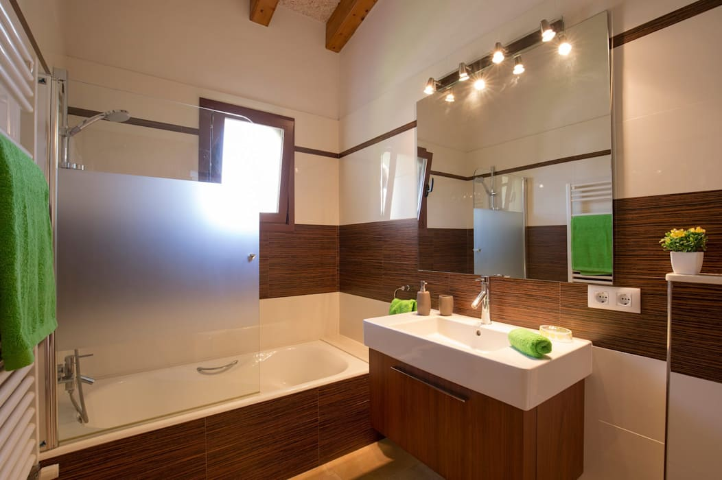 Diseño y construcción de una villa en Mallorca: Baños de estilo  de Diego Cuttone - Arquitecto