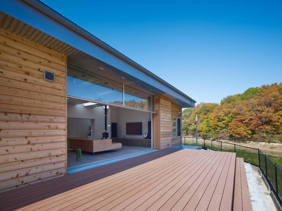 デッキスペース: 藤原・室 建築設計事務所が手掛けたテラス・ベランダです。,モダン