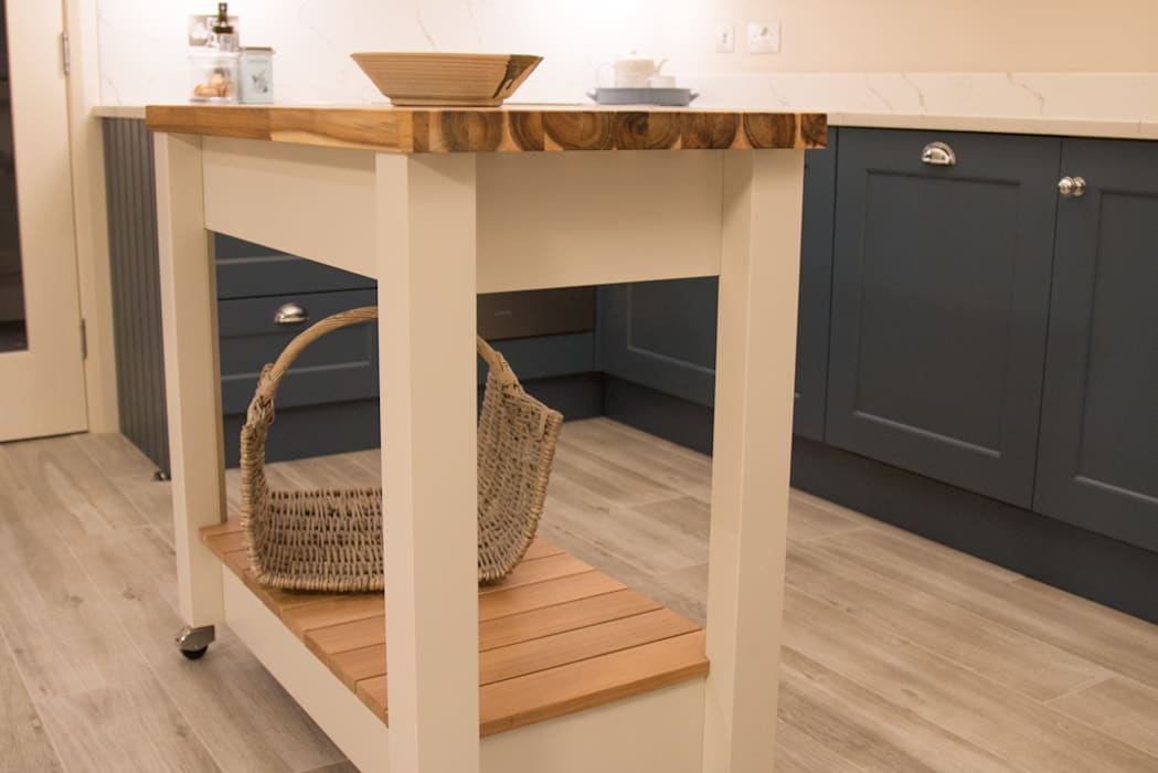 Compact, but perfectly useful by ADORNAS KITCHENS Classic Wood Wood effect