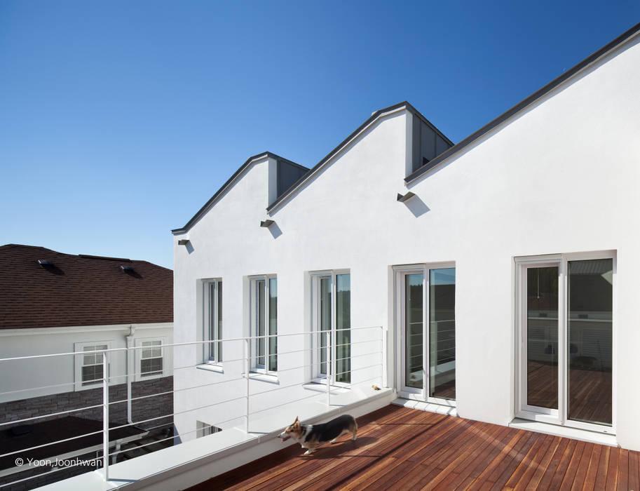 VISTA HOUSE: 건축사사무소 모뉴멘타의  베란다,모던