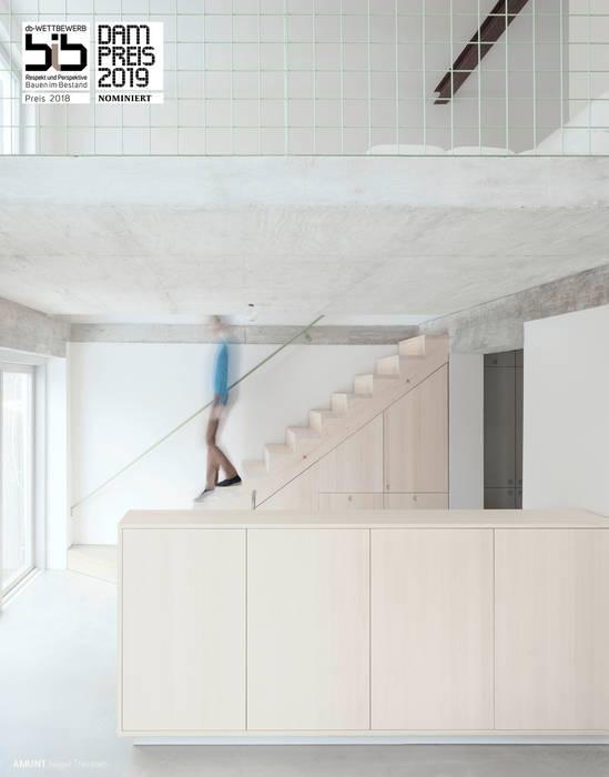 Aus der ehemals niedrigen und dunklen Waschküche entstand eine lichte und weite Wohnhalle. :  Küche von AMUNT Architekten in Stuttgart und Aachen