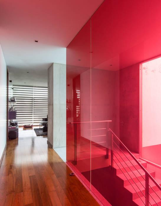 CASA  NEO : Pasillos y recibidores de estilo  por TaAG Arquitectura