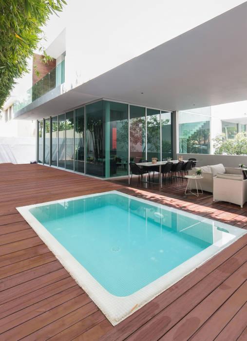 CASA  NEO : Albercas de jardín de estilo  por TaAG Arquitectura