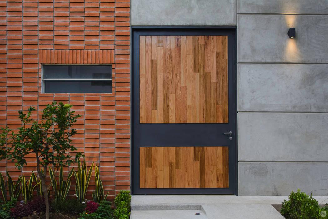 PUERTA INGRESO PRINCIPAL: Puertas principales de estilo  por Arturo Santander Arquitectos,