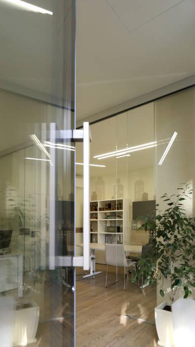 entrando nello Studio Immobiliare: Negozi & Locali commerciali in stile  di Pamela Tranquilli Interior Designer , Minimalista