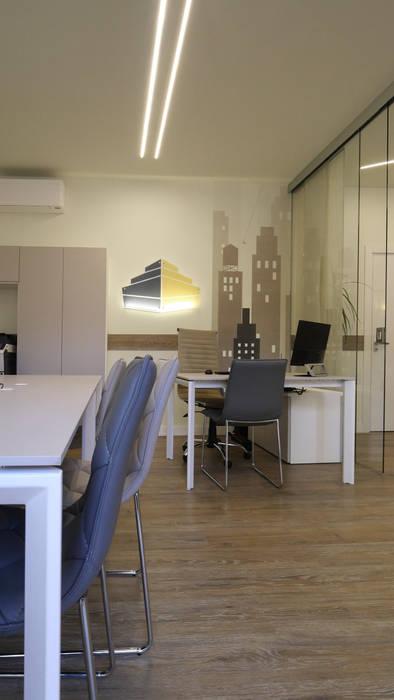Il logo commerciale ricreato su parete...: Spazi commerciali in stile  di Pamela Tranquilli Interior Designer , Minimalista