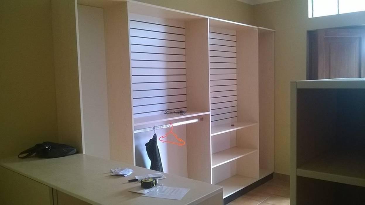 Estante exhibidor para ropa: Oficinas y Tiendas de estilo  por ARDI Arquitectura y servicios,