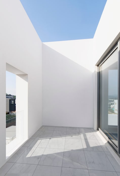 Lighthouse Residence 모던스타일 발코니, 베란다 & 테라스 by Lee Jae Architects 모던